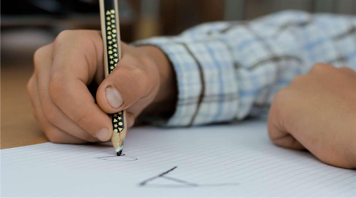 bambino che scrive